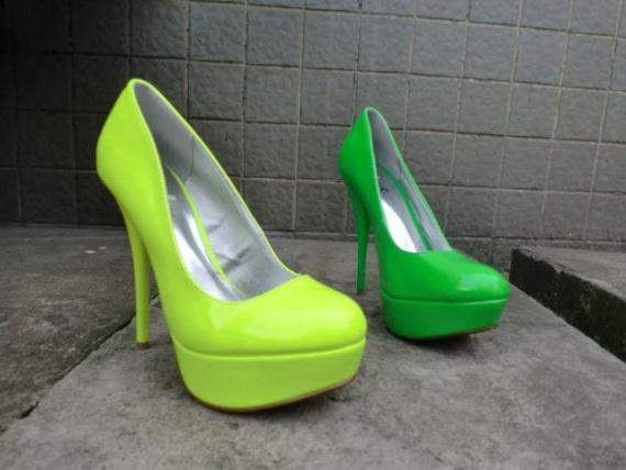 Обувь смелых цветов
