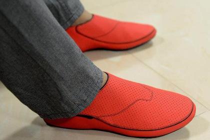 Индийская обувь покажет дорогу своему владельцу