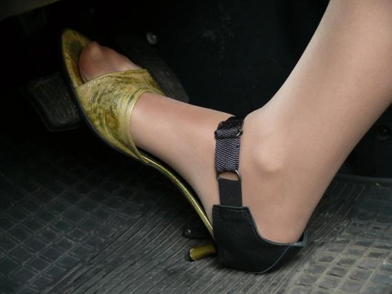 На заправках продают автопятки, которые защищают обувь водителя от протирания